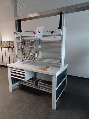 arbeitsplatz mit Elektroversorgung und -absicherung Druckluftmodul